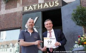 Thomas Geisel erhält seine Startnummer für den Metrogroup Marathon