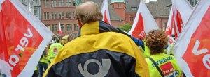 Postbedienstete ziehen in einem Protestmarsch am 10.06.2015 durch die Innenstadt von Freiburg (Baden-Württemberg), um ihren Forderungen im Tarifstreit mit der Deutschen Post AG Nachdruck zu verleihen. Der unbefristete Streik bei der Deutschen Post geht auch am 10.06. weiter. Foto: Winfried Rothermel/dpa +++(c) dpa - Bildfunk+++